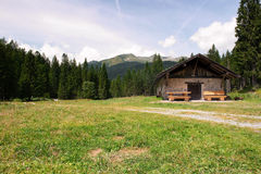 Capanna della montagna del paesaggio di estate Immagine Stock