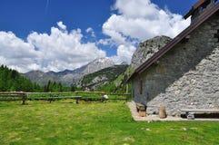 Capanna della montagna delle alpi di Carnia, regione del Friuli Venezia Giulia, Italia Fotografia Stock Libera da Diritti