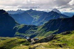 Capanna della montagna ed alpi verdi soleggiate Tirolo Austria di Carnic delle creste Fotografia Stock
