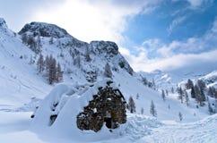 Capanna della montagna fatta delle pietre all'inverno in alpi slovene Fotografia Stock Libera da Diritti