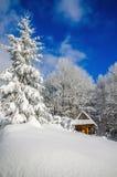 Capanna della montagna in legno del paesaggio di inverno Fotografia Stock