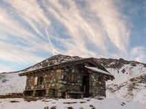 Capanna della montagna nelle alpi svizzere Immagine Stock