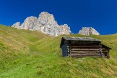 Capanna della montagna sotto il Langkofel Fotografia Stock Libera da Diritti