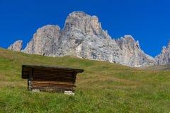 Capanna della montagna sotto il Langkofel Fotografia Stock