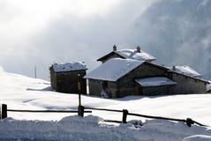 Capanna della montagna sotto neve Fotografia Stock
