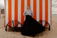 Capanna della sabbia del sole della donna, De Panne, Belgio fotografia stock