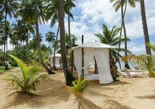 Capanna della spiaggia sulla spiaggia fotografia stock libera da diritti