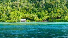 Capanna di bambù di alloggio presso famiglie sull'isola di Monsuar Raja Ampat, Indonesia, Papuasia ad ovest Immagini Stock