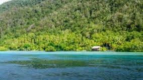 Capanna di bambù di alloggio presso famiglie sull'isola di Monsuar Raja Ampat, Indonesia, Papuasia ad ovest Immagine Stock