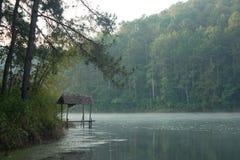 Capanna di bambù sul lago Fotografia Stock Libera da Diritti