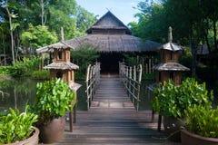 Capanna di bambù vicino ad acqua Fotografia Stock Libera da Diritti