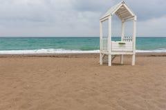 Capanna di legno bianca dei bagnini su una spiaggia sabbiosa Fotografie Stock