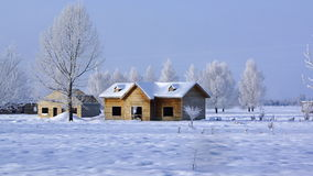 Capanna di legno con neve fotografie stock libere da diritti