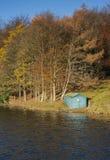 Capanna di legno del peschereccio nel paesaggio di autunno Fotografie Stock Libere da Diritti