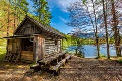 Capanna di legno della foresta nelle alpi nel lago, Europa Fotografie Stock