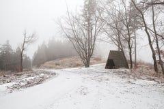 Capanna di legno in montagne di Harz durante il giorno di inverno nebbioso Fotografie Stock Libere da Diritti