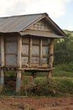 Capanna di legno per stoccaggio di paglia di riso in campagna del Laos Fotografia Stock Libera da Diritti