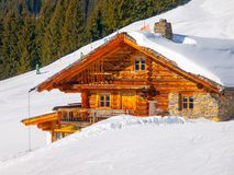Capanna di legno tradizionale della montagna il giorno di inverno soleggiato Alpi, Europa fotografia stock