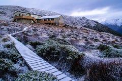 Capanna di Luxmore, pista di Kepler, parco nazionale di Fiordland, Nuova Zelanda fotografia stock