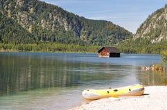 Capanna di pesca e una barca nel lago Almsee. L'Austria Fotografie Stock