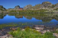 Capanna di Shepperd sul puntello del lago della montagna Fotografie Stock Libere da Diritti