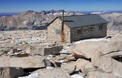 Capanna di Smithsonian sulla sommità del Monte Whitney immagini stock libere da diritti