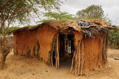 Capanna dilapidata di Massai nel Kenya Fotografia Stock