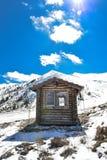 Capanna e cielo blu della cabina di Snowy Fotografie Stock Libere da Diritti