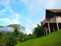 Capanna e montagne di bambù Immagini Stock