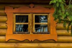 Capanna e vecchia finestra con la tenda immagine stock