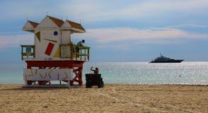Capanna e yacht del bagnino in Miami Beach Fotografia Stock Libera da Diritti