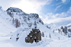 Capanna fatta delle pietre - riparo della montagna per i mountaneers dalla tempesta nell'inverno, montagna Vogel, alpi slovene de Fotografie Stock Libere da Diritti