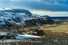 Capanna medievale del gruppo di Viking circondata dalle montagne Fotografia Stock