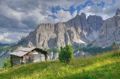 Capanna nel paesaggio della montagna nelle dolomia Immagine Stock