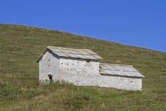 Capanna nelle montagne di Lessini del parco naturale fotografie stock