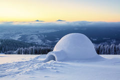 Capanna nevosa bianca enorme meravigliosa Fotografie Stock Libere da Diritti