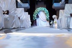 Capanna nuziale floreale con le sedie bianche decorative Immagini Stock Libere da Diritti