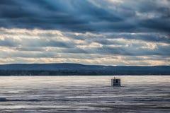 Capanna sola della pesca sul ghiaccio sul lago Ontario dorato Immagine Stock