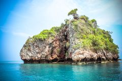 Capanna su una scogliera del calcare nel mare delle Andamane Fotografie Stock Libere da Diritti