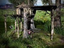 Capanna sugli'alberi del terreno boscoso Immagine Stock