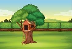 Capanna sugli'alberi nella scena del parco illustrazione di stock
