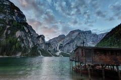 Capanna sul lago Braies e Dolomiti su alba Immagini Stock Libere da Diritti
