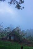 Capanna sull'alta montagna e sulla mattina nuvolosa Fotografia Stock