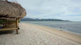 Capanna sulla spiaggia stock footage