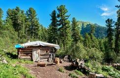 Capanna in taiga della montagna La Russia Fotografia Stock