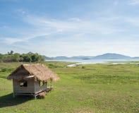 Capanna tradizionale asiatica del lato del lago con con chiaro cielo blu Fotografie Stock Libere da Diritti
