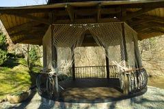 Capanna tropicale con le tende della corda con i bei precedenti della foresta fotografia stock