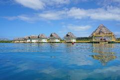 Capanna tropicale sopra acqua con il tetto ricoperto di paglia Panama Fotografia Stock Libera da Diritti