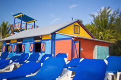 capanna variopinta della spiaggia fotografia stock libera da diritti