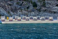 Capanne alla spiaggia dell'albergo di lusso Fotografie Stock Libere da Diritti